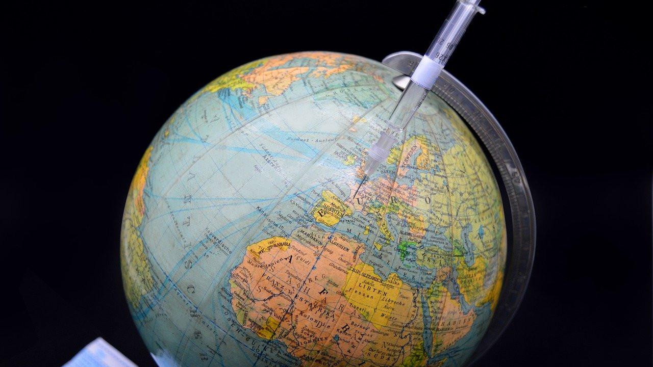 Моќните склучија пакт за да го вакцинираат светот