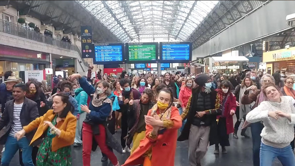 Во Франција, креативниот протест против мерките на Корона расте
