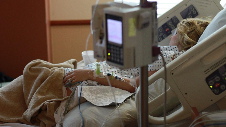 Медицинска сестра со предупредување за вакцинацијата