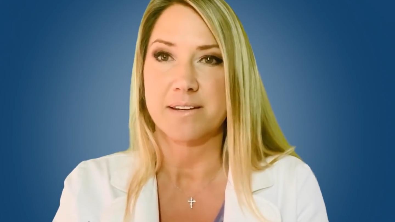 Докторка ја испитува вакцинацијата против Ковид во лабораторија
